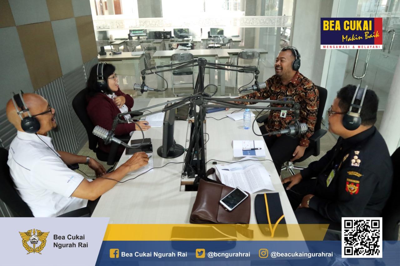 """""""Penertiban Jasa Titip"""", Bea Cukai Ngurah Rai siarkan sosialisasi ketentuannya di RRI Pro 1 Denpasar."""